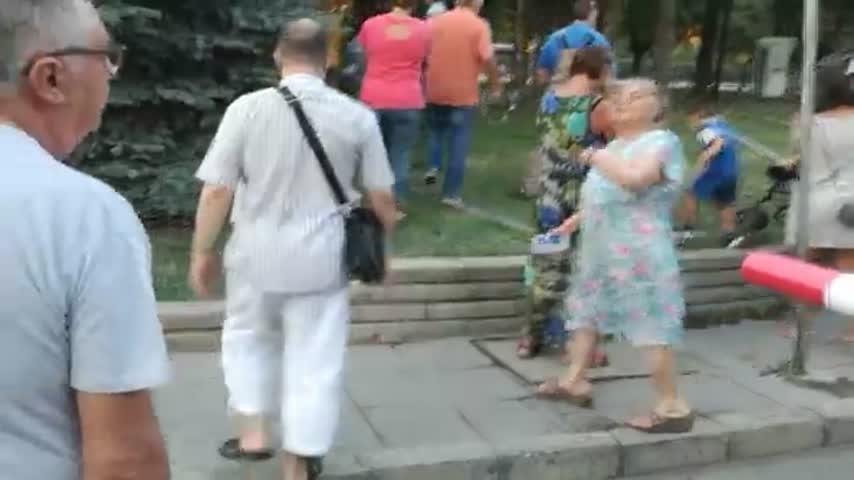 """Жители на """"Стрелбище"""" събориха оградата, заграждаща улица"""